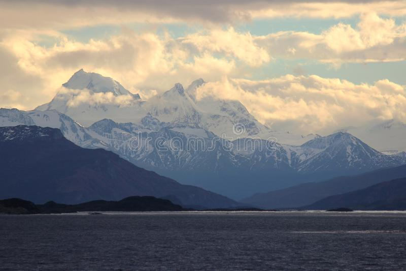 在山的日落 比格尔海峡,阿根廷 库存图片