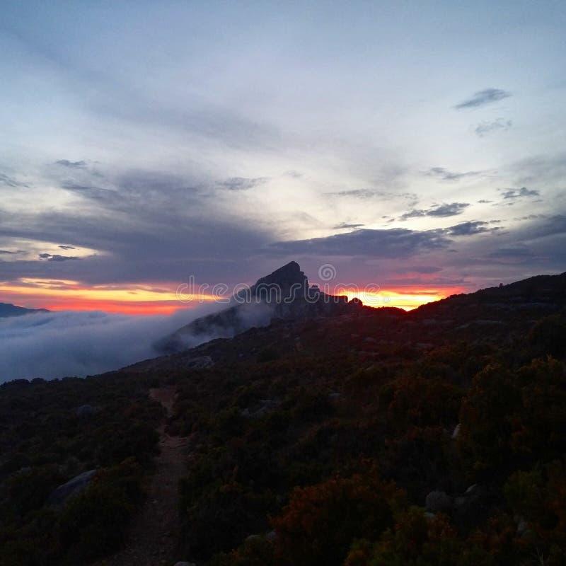 在山的日落 免版税库存照片
