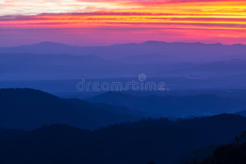 在山的早晨日出有利位置 图库摄影