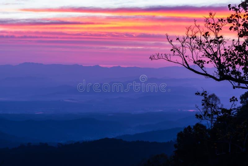 在山的早晨日出有利位置 库存照片