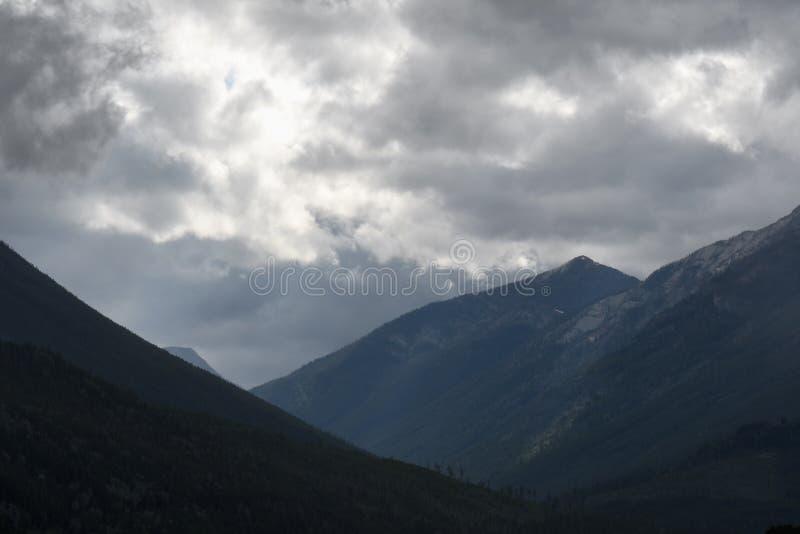 在山的有薄雾的剧烈的天空 库存图片