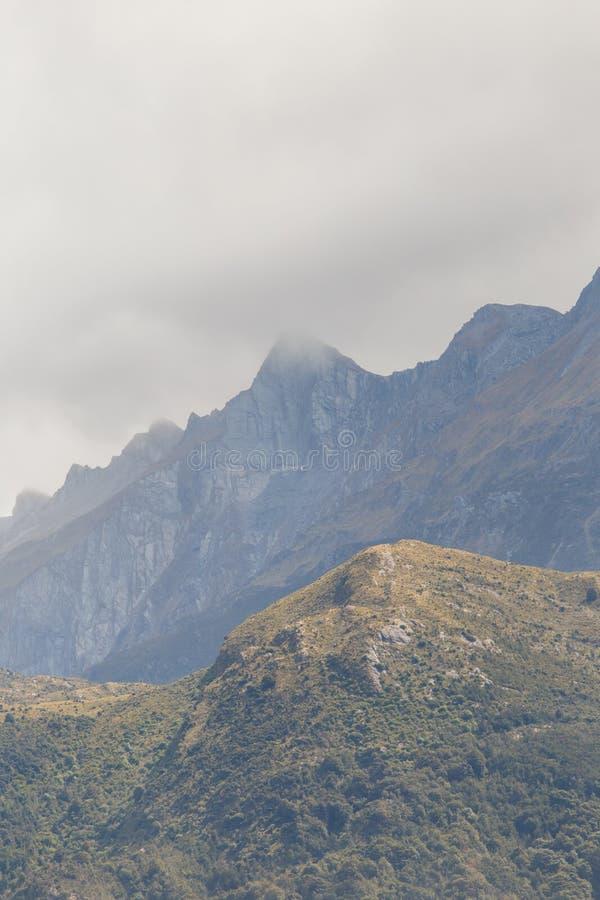 在山的有薄雾的天在法兰士・约瑟夫冰川附近 库存照片