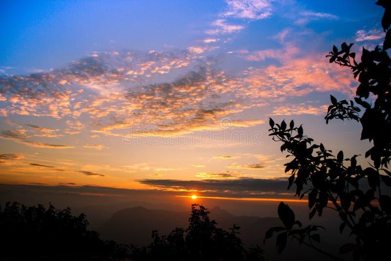 在山的有薄雾的橙色日出 图库摄影