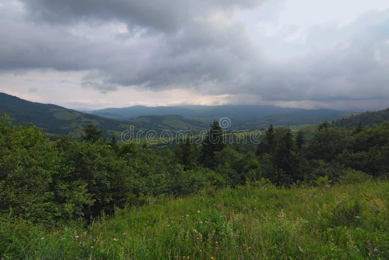 在山的本质 喀尔巴阡山脉Ukrainan惊人的山的风景  从Verecke通行证的顶端看法 多云夏日 库存图片