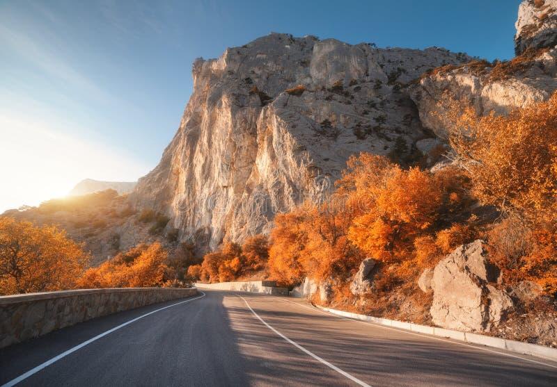 在山的柏油路在日出在秋天 免版税库存图片