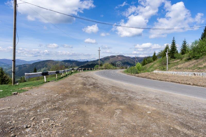在山的柏油路 转动路在右边 免版税库存照片