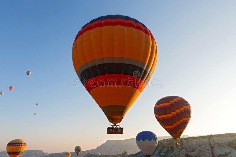 在山的气球飞行 库存照片