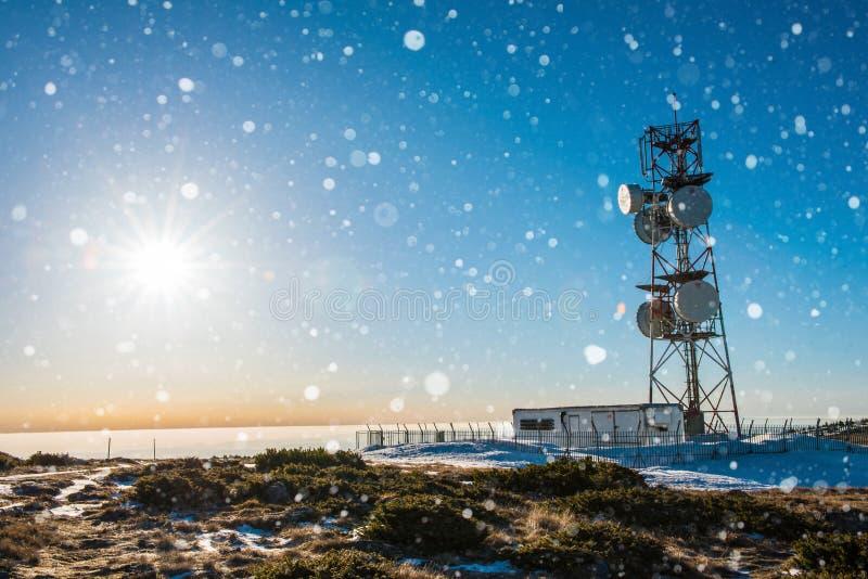 在山的气象站在冬天 免版税库存图片