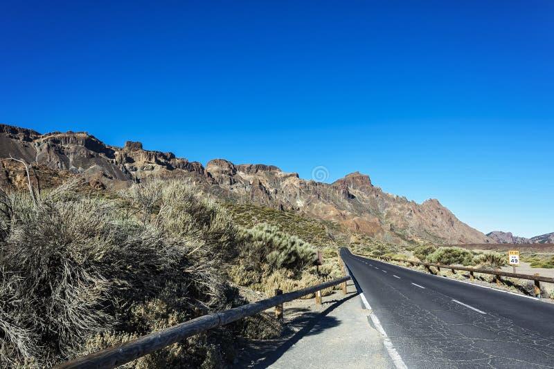 在山的涂柏油的路,晴天 库存图片