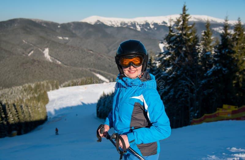 在山的滑雪者滑雪 库存图片