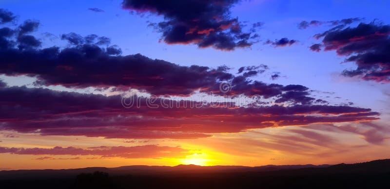 在山的澳大利亚农村日落背景 免版税图库摄影