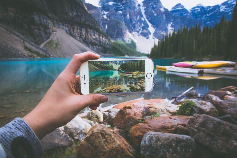 在山的电话的图片 库存照片