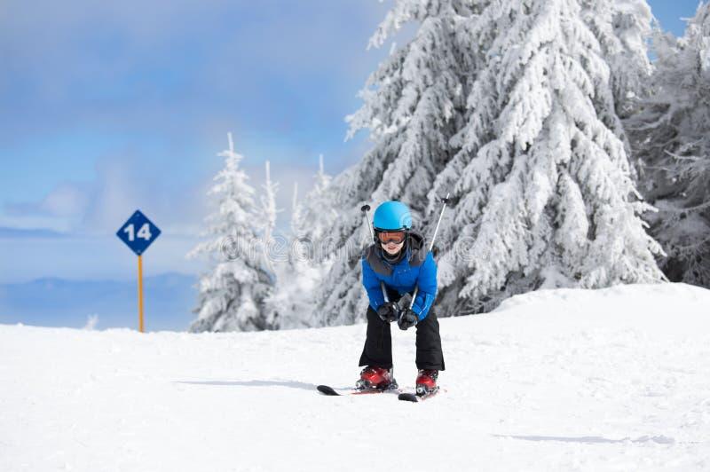在山的男孩滑雪 免版税库存图片