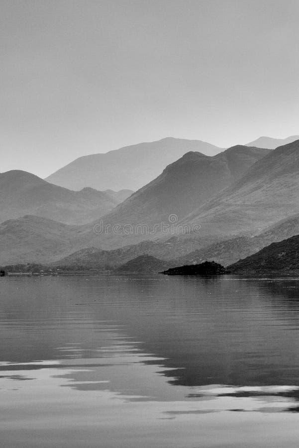 在山的看法在湖Skadar附近在黑山 库存图片