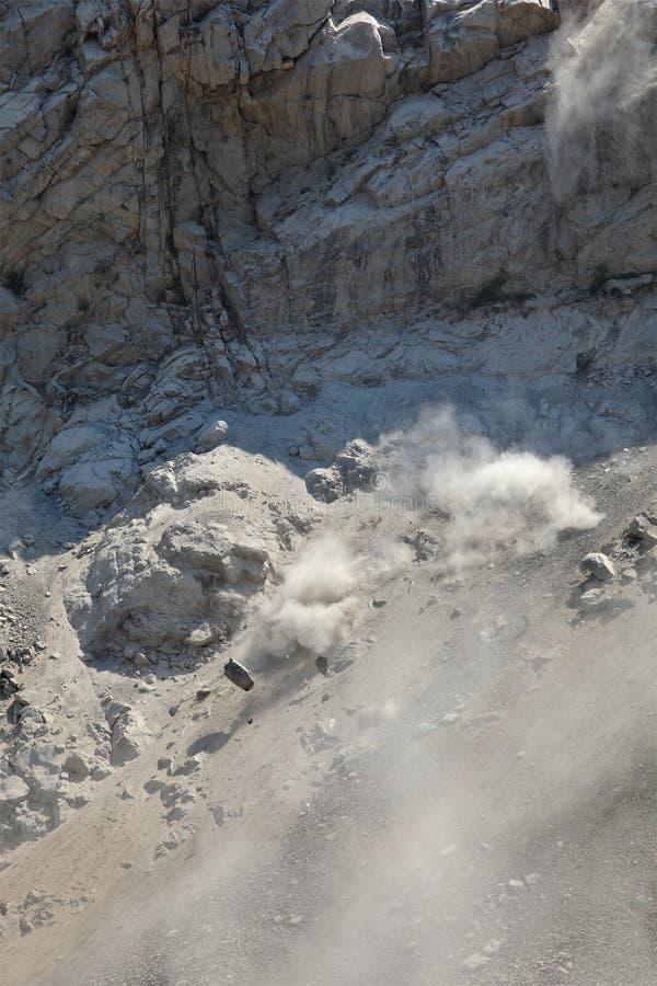 在山的石雪崩 免版税库存照片