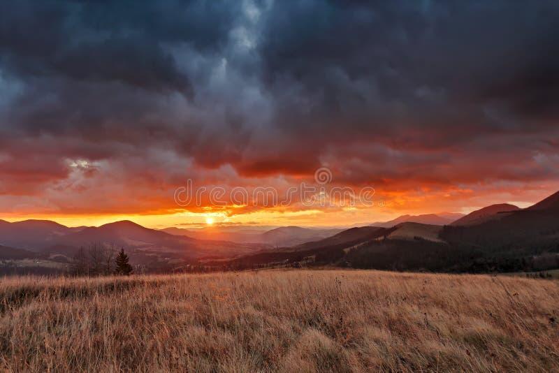 在山的秋天11月多云日出 库存照片