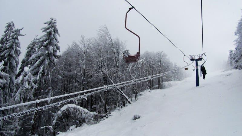 在山的空中览绳 图库摄影