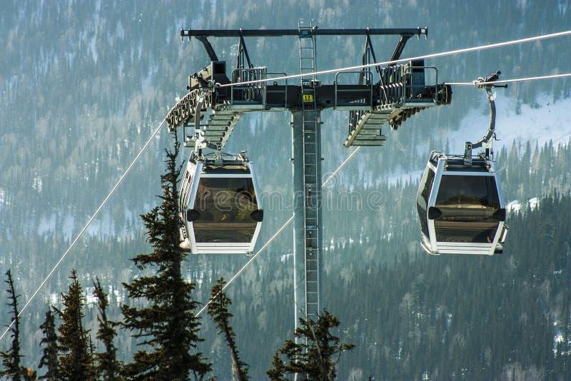 在山的空中览绳 免版税库存照片