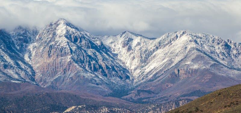 在山的第一雪 免版税库存照片