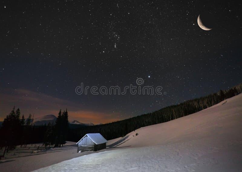在山的美好的冬天风景对与星的夜 免版税库存图片