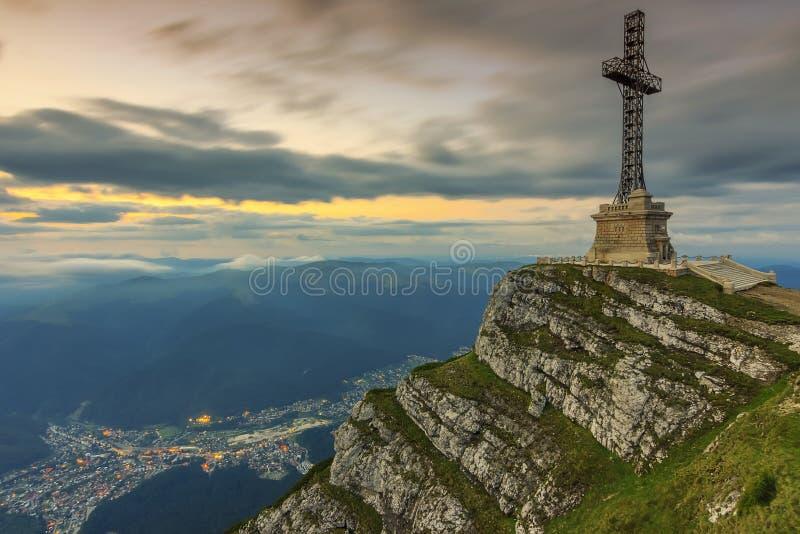 在山的美好的日出和Caraiman英雄横渡在Bucegi山,喀尔巴汗,罗马尼亚的纪念碑 免版税库存照片