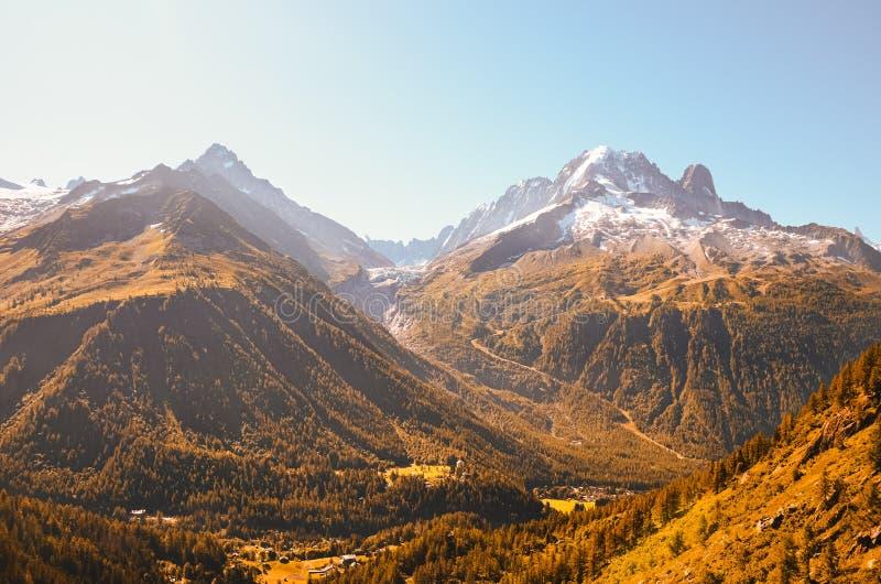 在山的美好的日落在夏慕尼附近的法国阿尔卑斯 雪在背景中加盖了山 r ? 免版税库存图片