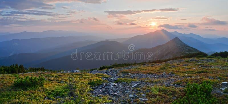 在山的美好的日落,全景 夏天moun 库存照片