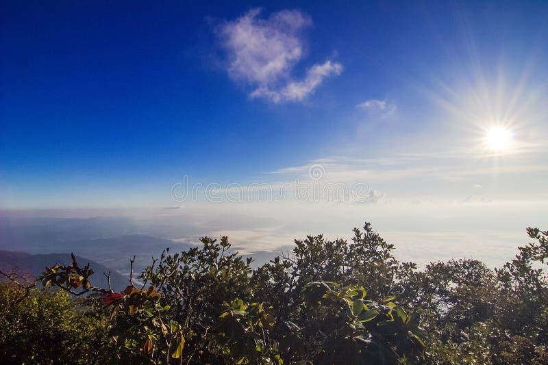 在山的美好的风景与蓝天和云彩Chiangdoa,清迈,泰国 免版税库存照片