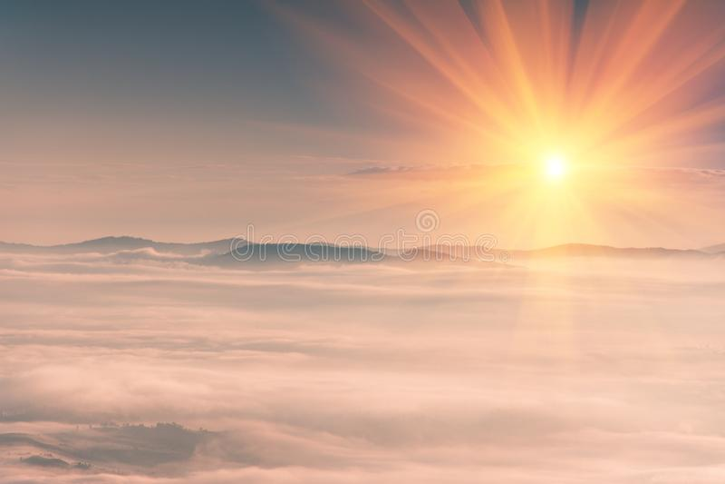 在山的美好的风景在日出 森林减速火箭的作用包括的有雾的小山的看法 旅行的概念backg 库存图片