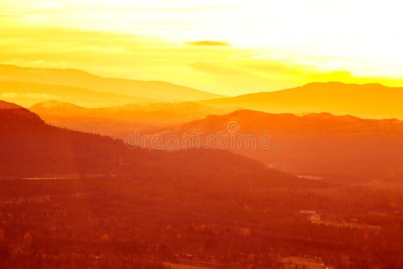 在山的美好,五颜六色的秋天日出在挪威 免版税库存照片