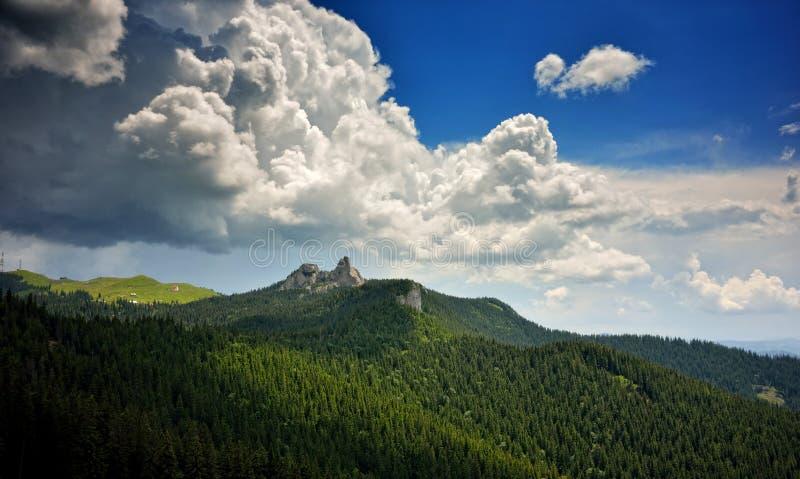 在山的美妙的云彩 库存照片