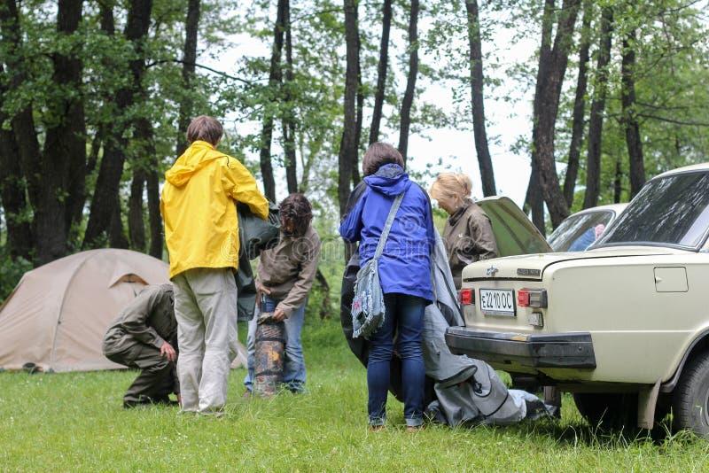 在山的美妙的早晨,收集帐篷游人 免版税库存照片