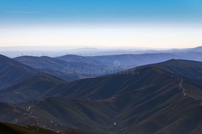 在山的美妙的空中风景 蓝色烟和天空 库存图片