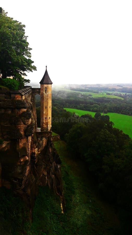 在山的老塔 免版税库存照片