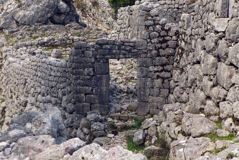 在山的老石头废墟在科托尔镇  库存图片