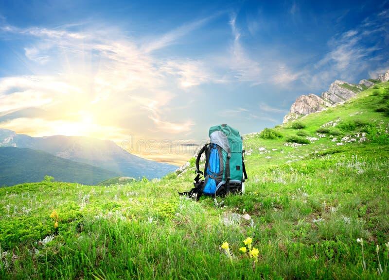 在山的背包 免版税库存图片
