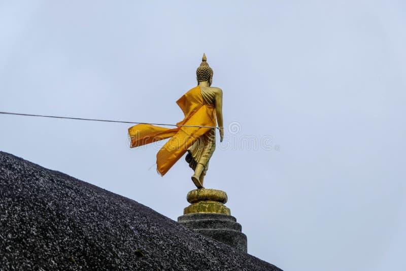 在山的菩萨雕象与风流程 免版税库存照片