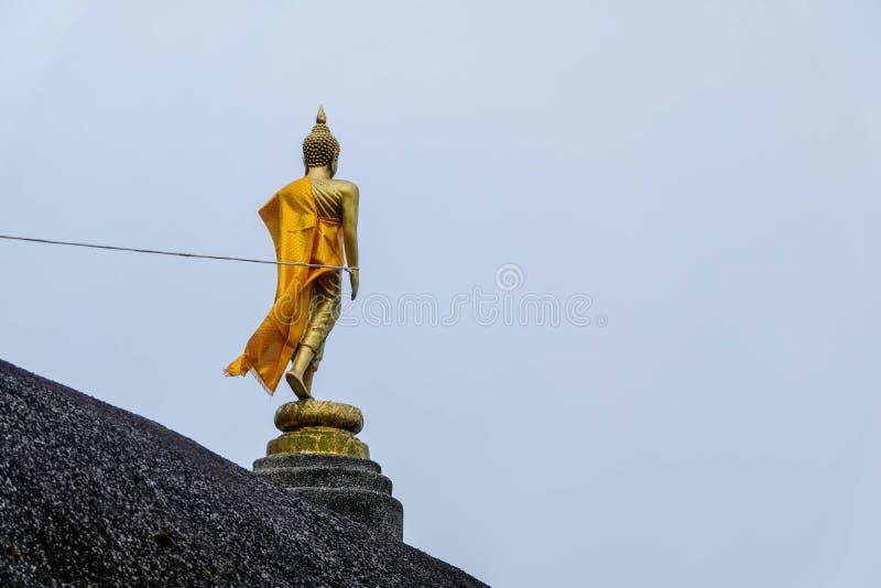 在山的菩萨雕象 免版税库存图片