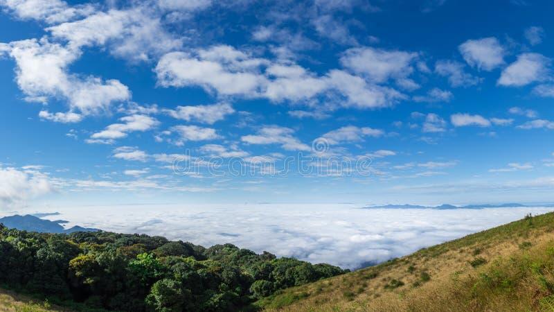 在山的薄雾有在doi inthanon的蓝天背景 免版税图库摄影