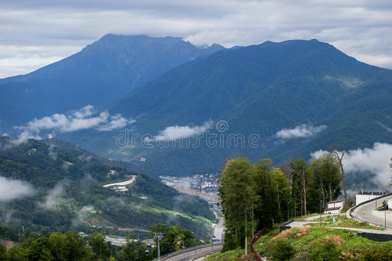 在山的轨道 风景,蓝天,白色云彩 免版税库存图片