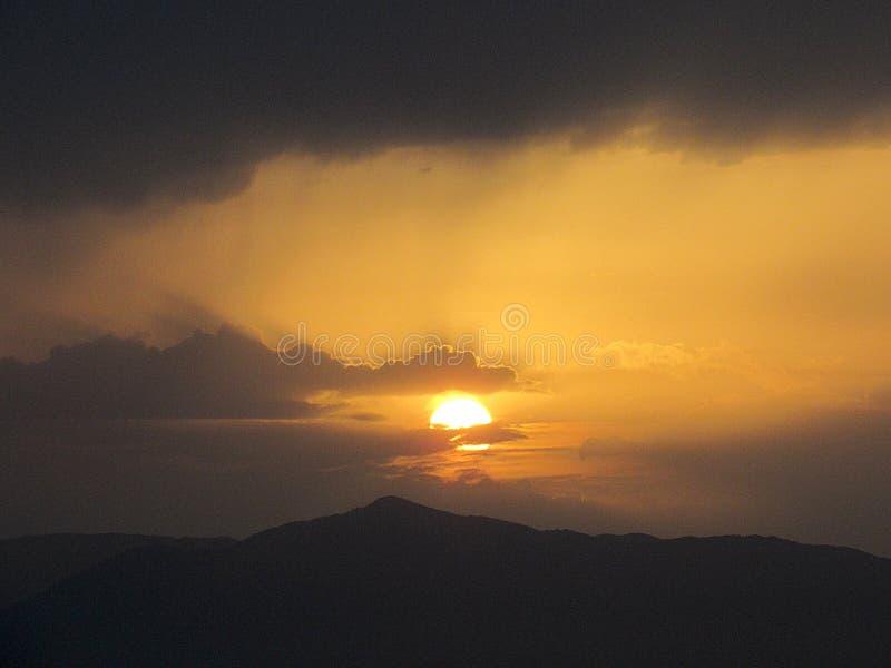 在山的远的日落 库存图片