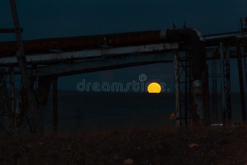 在山的阴沉的月出在工业区,乘鞍岳Kayerkan 库存照片