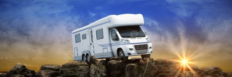 在山的露营车卡车在日落 3d 库存例证