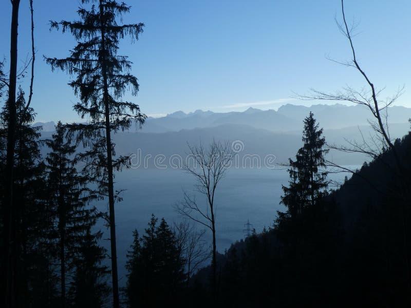 在山的风景的湖walchensee在巴伐利亚欧洲在冬天 库存图片