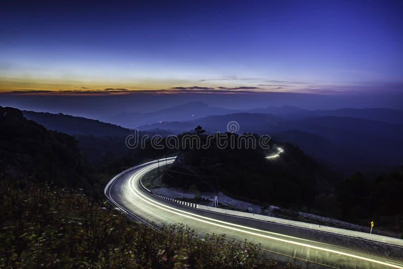 在山的高速公路路在Inthan的暮色长的曝光 免版税库存照片