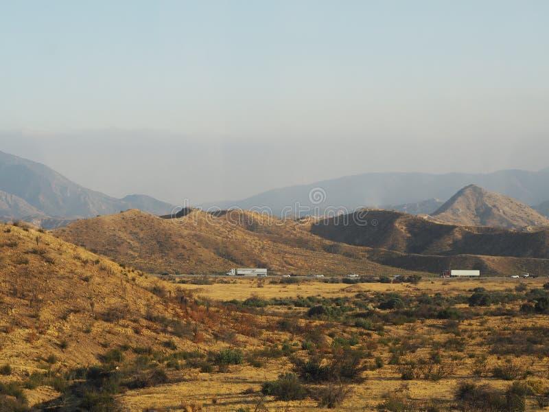 在山的高速公路 免版税库存图片