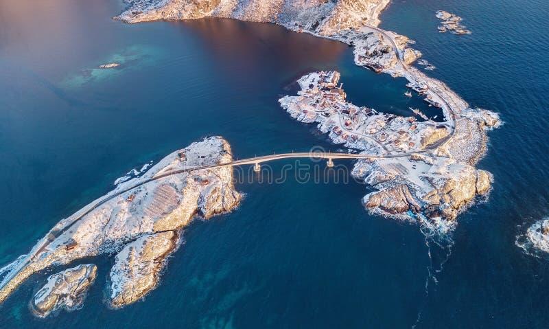 在山的鸟瞰图和海在Lofoten海岛,挪威上咆哮 议院和桥梁临近山 库存图片