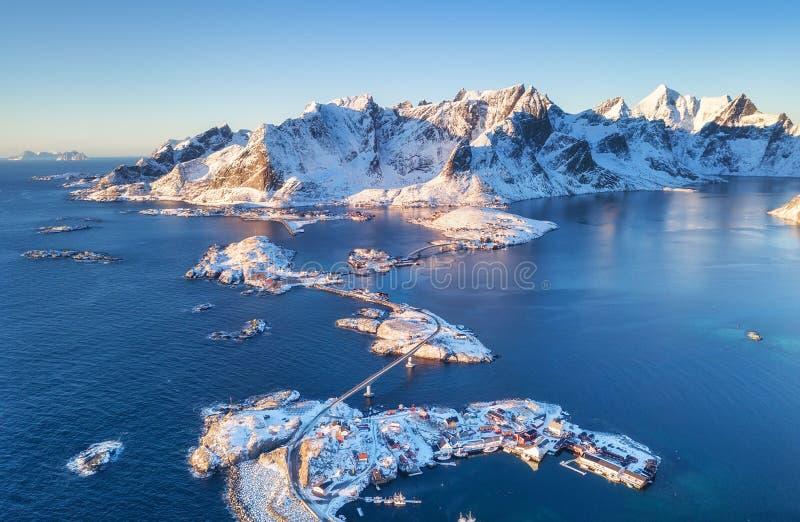 在山的鸟瞰图和海在Lofoten海岛,挪威上咆哮 议院和桥梁临近山 库存照片