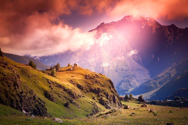 在山的令人敬畏的明亮的日落,在明亮的col的风景 库存照片