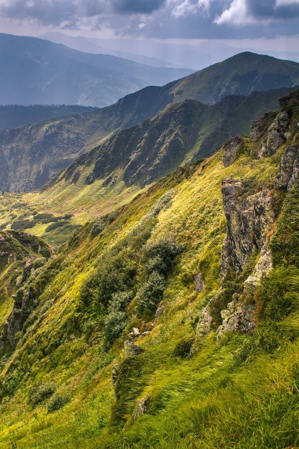 Download 在山的晴朗的夏天场面 库存照片. 图片 包括有 自然, 照明, 岩石, 颜色, 新鲜, 峰顶, 云彩, 本质 - 72362350